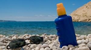 Bloqueadores solares contaminan el mar