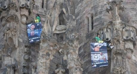 Greenpeace se cuelga de la Sagrada Familia en protesta