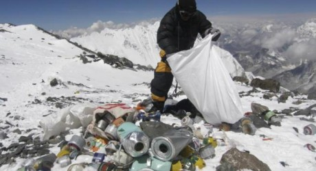 Alpinistas deberán bajar 8 kilos de basura desde el Everest