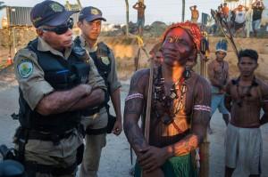 Belo Monte: en Brasil, indígenas se toman instalaciones de la represa, la primera de una serie en el Amazonas, que ya ha limitado su acceso al río y ha disminuido la población de peces de la cual dependen para sobrevivir.I