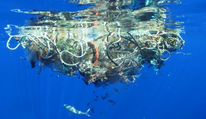 268 mil toneladas pesan los plásticos que flotan en el océano
