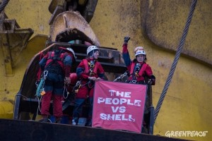 Activistas de Greenpeace abordan un buque de Shell camino al Ártico y un juez federal otorga por ello una 'zona de seguridad' a la petrolera, que obliga a los manifestantes a mantenerse alejados...