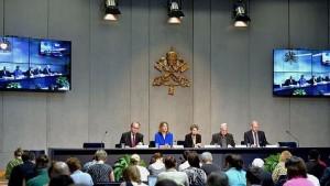 """La conferencia en el Vaticano. De azul, Naomi Klein, quien dijo sobre la encíclica papal: """"sabía que era un documento radical, pero cuando lo leí me impresionó su coraje""""."""