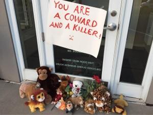 """""""Eres un cobarde y un asesino"""", el cartel que cuelga en la consulta del dentista-cazador."""
