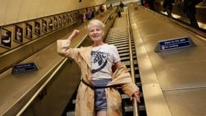La diseñadora Vivianne Westwood, bajando las escaleras del metro, en donde están instaladas las fotografías.